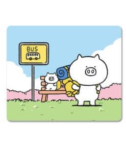 Tapis de souris enfant famille de petits cochons à l'arrêt de bus