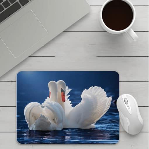 Tapis de souris Cygnes sur un lac